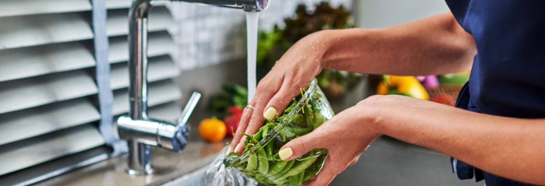 Nő zöldséget mosogat